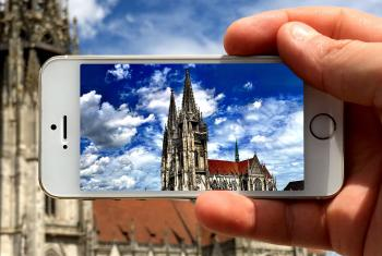 A look through a smartphone to the Regensburg Dom Cathedral, Germany. Photo: ANBerlin/ flickr