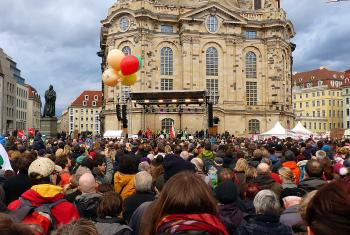 Anti-Pegida: demonstration for openness, humanity and dialogue in front of the Frauenkirche (Church of Our Lady) in Dresden. Photo: Bernd Gross/CC BY-SA 4.0