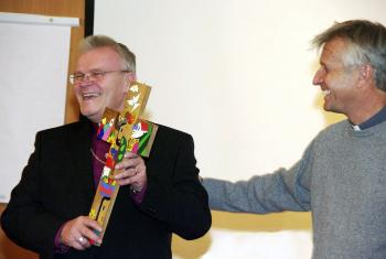 Rev. Martin Junge presents a cross from Central America to the Most Rev. Andres Poder, archbishop of EELC. Photo: Tiit Kuusemaa