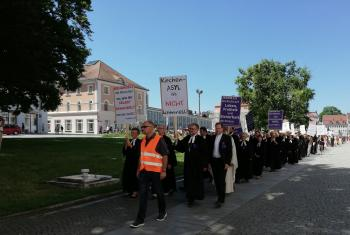 Around 400 people, including 50 pastors, participated in a silent march in support of Rev. Ulrich Gampert who has been fined for providing church asylum to a young Afghan refugee. Photo: Dekanat Kempten/Jutta Martin