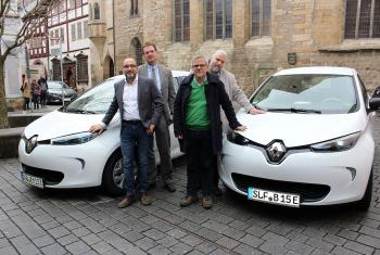 Participating in the e-mobility pilot project, from left: Jan Westphal (director, Horizonte gGmbH Altenburg), Dietmar Wiegand (deputy head, Altenburger Land church district), Rev. Christian Sparsbrod ( Rudolstadt-Saalfeld church district) and Rev. Jens Bechtloff ( Kindelbrück pastorate) with the new cars. Photo: EKM/Diana Steinbauer