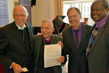 Affirming global solidarity with asylum seekers, migrants and the poor, from left: Bishop Gerhard Ulrich, United Evangelical Lutheran Church of Germany (VELKD); LWF President Bishop Dr Munib A. Younan; Nordkirche's Synodpräses Dr Andreas Tietze; and Tanzania's Presiding Bishop Dr Alex G. Malasusa, LWF Vice-President for Africa. Photo: Nordkirche/Eberhard von der Heyde
