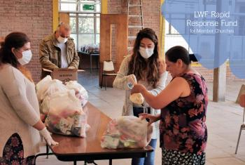 The Lutheran Church in Chile organized food distribution to help people who had lost their jobs due to the COVID-19 pandemic. Photo: ILCH
