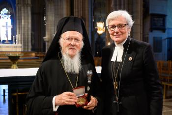 The Ecumenical Patriarch Bartholomeus I, leader of the Eastern Orthodox Christians in the world, was awarded the plaque of St. Eric's by Archbishop Antje Jackelén. Photo: Magnus Aronson /Ikon