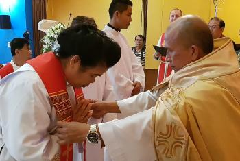 Rev. Jongkolnee Sampachanyanon Sim receives the blessing from bishop Rt. Rev. Amnuay Yodwong. Photo: LWF/ P. Lok