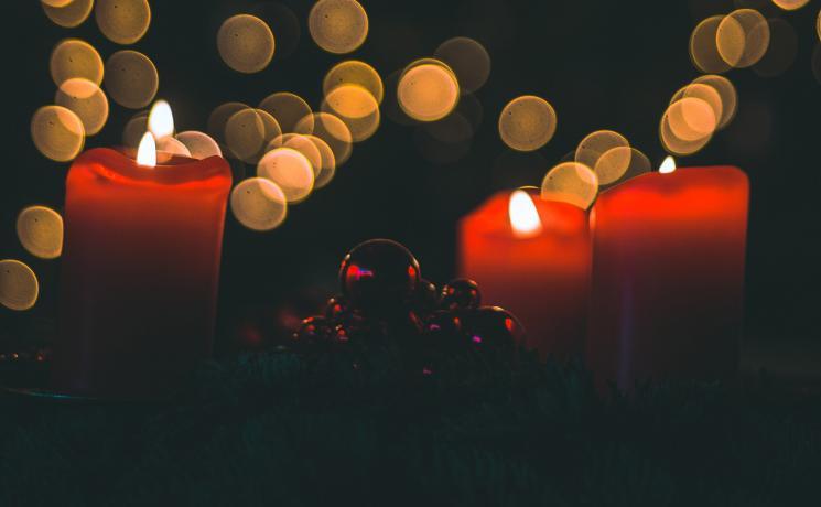 Lit advent candles. Photo by Jan-Henrik Franz on Unsplash