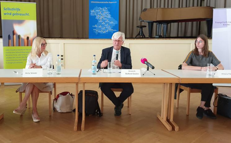 At the press conference for the launch of a network of self-help groups for people who lost someone to COVID-19: (from left) Anita Schedel, Bishop Heinrich Bedford-Strohm, Antonia Palmer. Photo: EKLB
