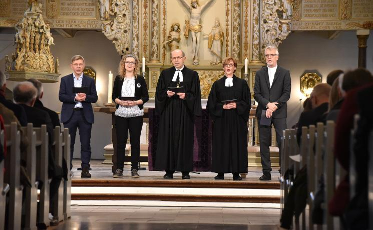 """During the church service for the launch of thecampaignof Bread for the World with the theme """"Hunger for Justice"""", intercessory prayers were spoken by (from right to left) LWF General Secretary Martin Junge, the President of Bread for the World CorneliaFüllkrugWeizel, the Bishop in the region Schleswig and Holstein of the Evangelical Lutheran Church in Northern Germany Gothard Magaard, Ann KathreinGräningfrom the church districtRendsburg-Eckernfördeand HeikoNaß, Director of the Schleswig-Holstein D"""