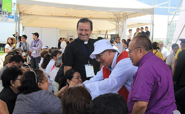 Bishop Medardo Gómez, right, watches theologian Pablo Richard greet Rev. Vilma Rodríguez from the Salvadoran Lutheran Church, who took part in the beatification of assassinated Catholic Archbishop Oscar Romero. Photo: R. Menjivar