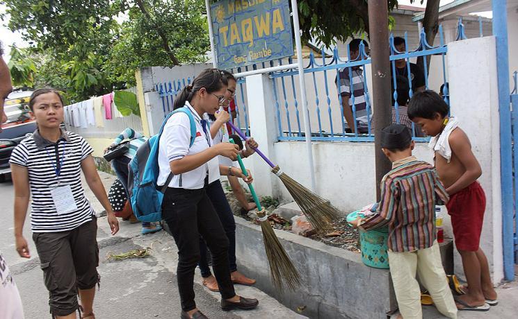 Camp participants clean a mosque. Photo: Rev. Bintahan Harianja/HKBP