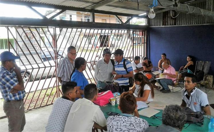 Meeting of migrants in Sarapiquí being assited with the necessary information on legal procedures for settling in the country and labor rights. Photo: ILCO