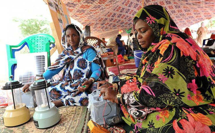 Bowba mint Brahim and Aichetou mint Khayling demonstrate their solar panels. Photo: LWF/ C. Kästner