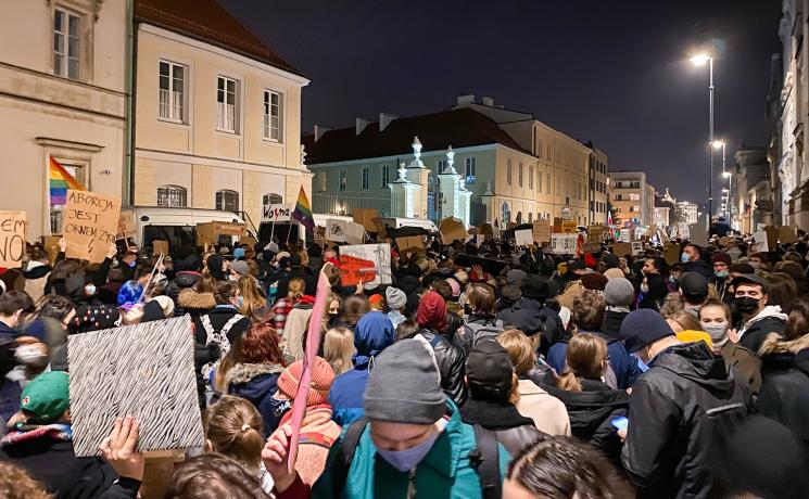 Crowds of demonstrators gathered in Warsaw to protest the Constitutional Court ruling on tightening the country's abortion law. Photo: Jakub Zabinski (CC-BY-SA)
