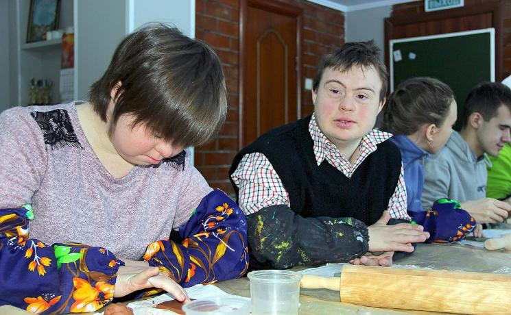 Young people with disabilities receive support and therapy, such as painting lessons, by a small Lutheran congregation in Tolyatti, Russia. Photo: Marcus Mockler, epd -Bild