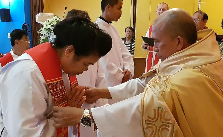 Rev. Jongkolnee Sampachanyanon Sim receives the blessing from bishop Rt. Rev. Amnuay Yodwong. Photo: LWF/ P. Lok