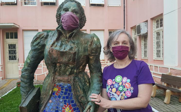Rev. Dr Marcia Blasi standing next to a statue of Katharina von Bora at Faculdades EST, Brazil. Photo: Private