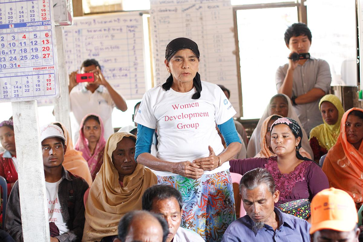 Men and women take part in discussions on gender justice at the Ohn Taw Gyi South camp for displaced Rohingyas near Sittwe, Rakhine State. Photo: LWF Myanmar/Phyo Aung Hein