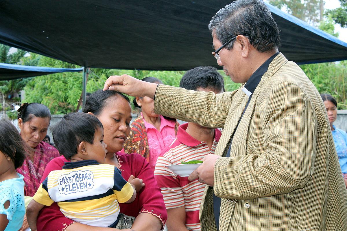 HKI Bishop Langsung M. Sitorus meets with Pandumaan villagers in North Sumatra. Photo: HKPB/Fernando Sihotang