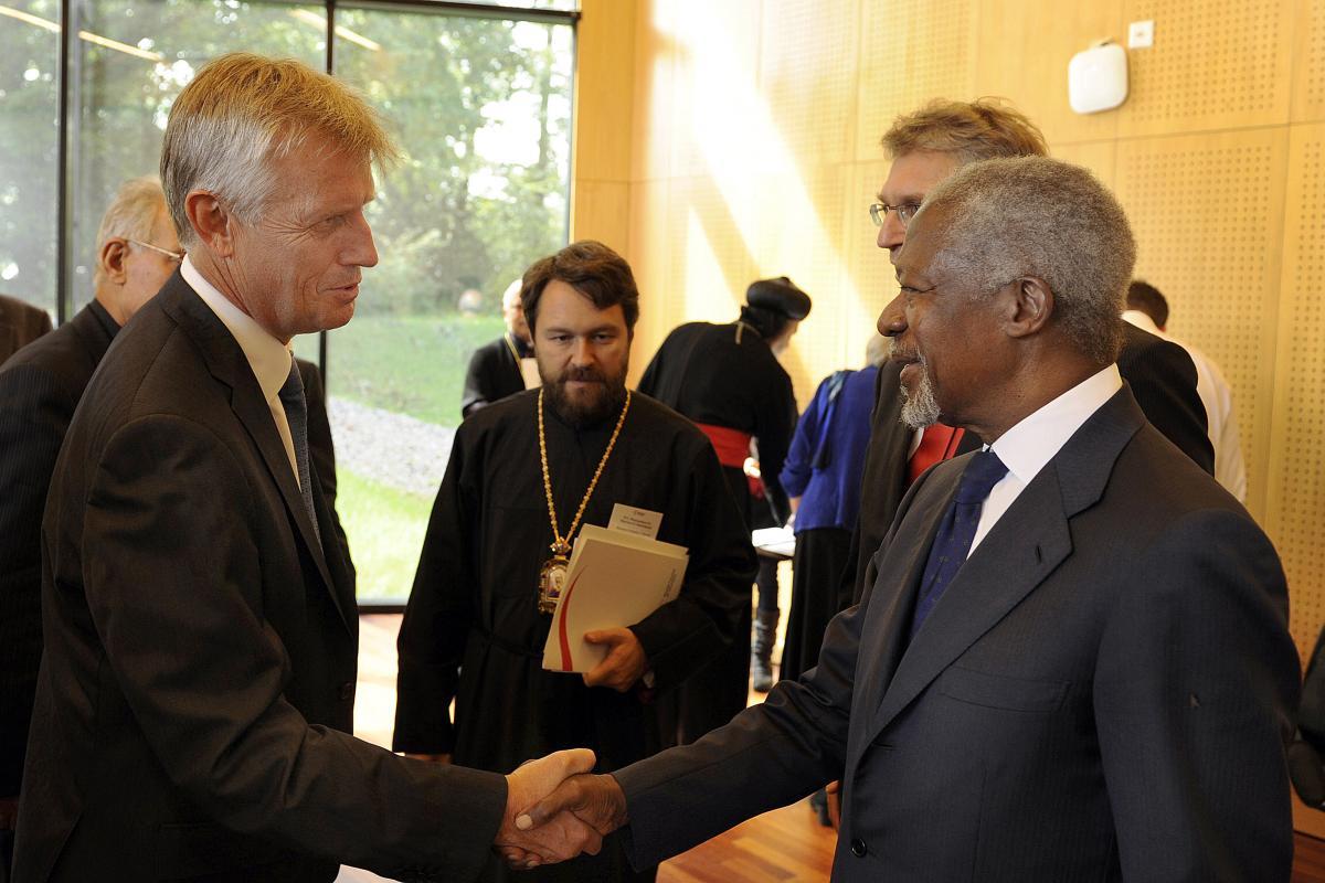 Kofi Annan greets Martin Junge at the WCC consultation © Peter Williams/WCC