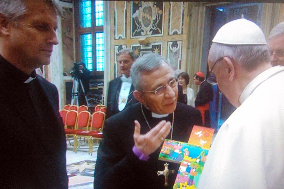 LWF President Bishop Dr Munib A. Younan presents Pope Francis with a Salvadoran cross during a March 2013 audience.