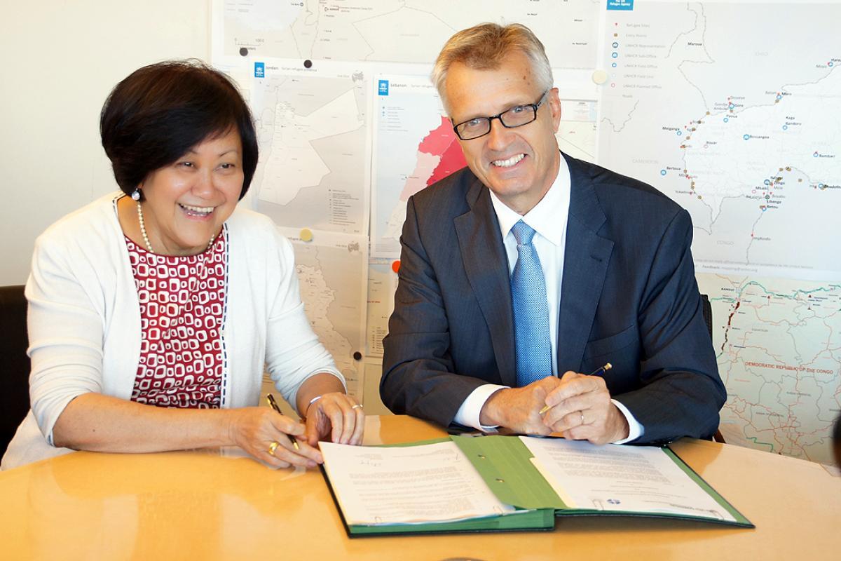 UNHCR Assistant High Commissioner Janet Lim (left) and LWF General Secretary Rev  Martin Junge signing the MoU. Photo: LWF/ C. Kästner