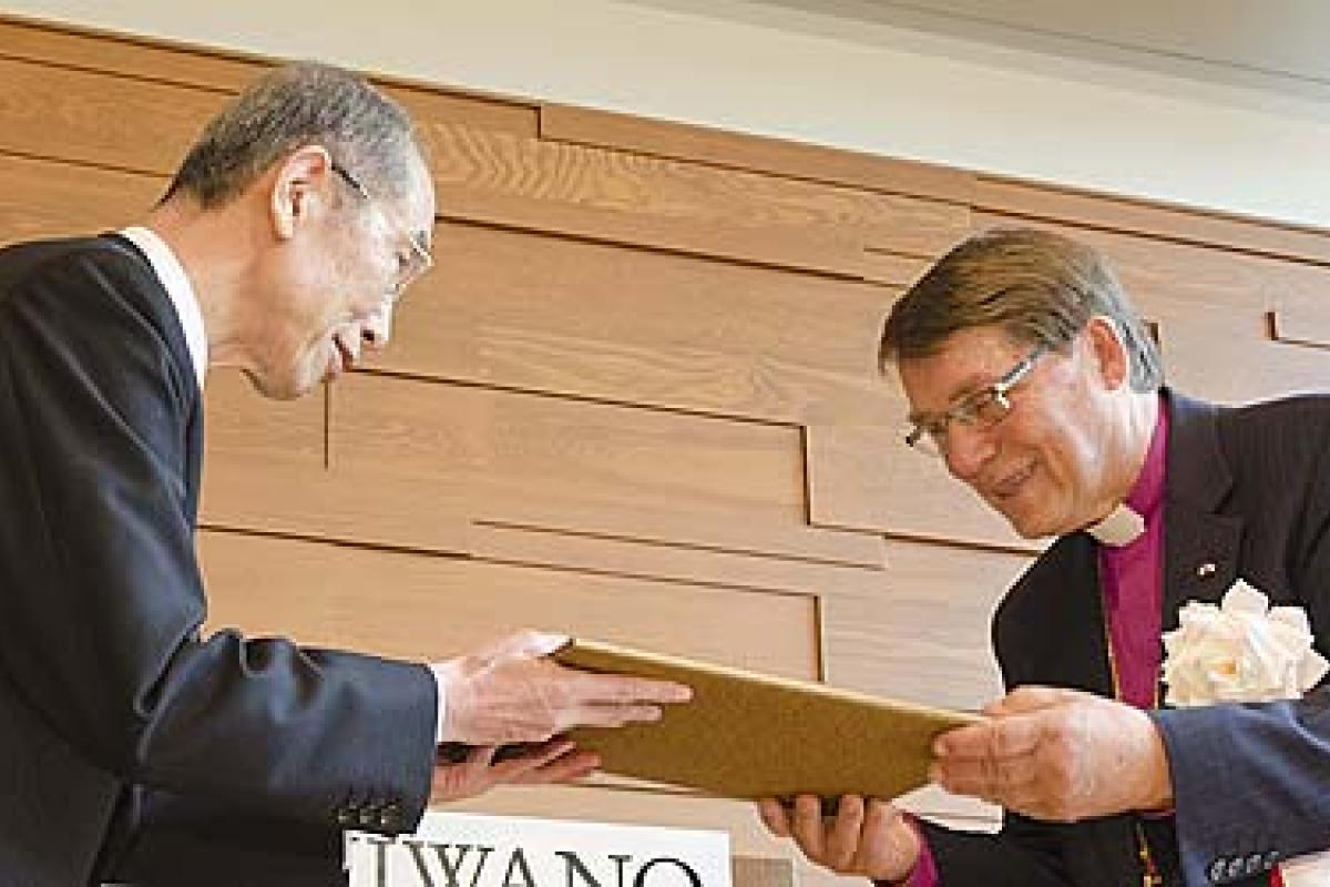 Bishop Emeritus Dr Gunnar Stålsett (right) receives the 30th Niwano Peace Prize from Rev. Nichiko Niwano, Honorary President of the Niwano Peace Foundation, in Tokyo, Japan. © Niwano Peace Foundation