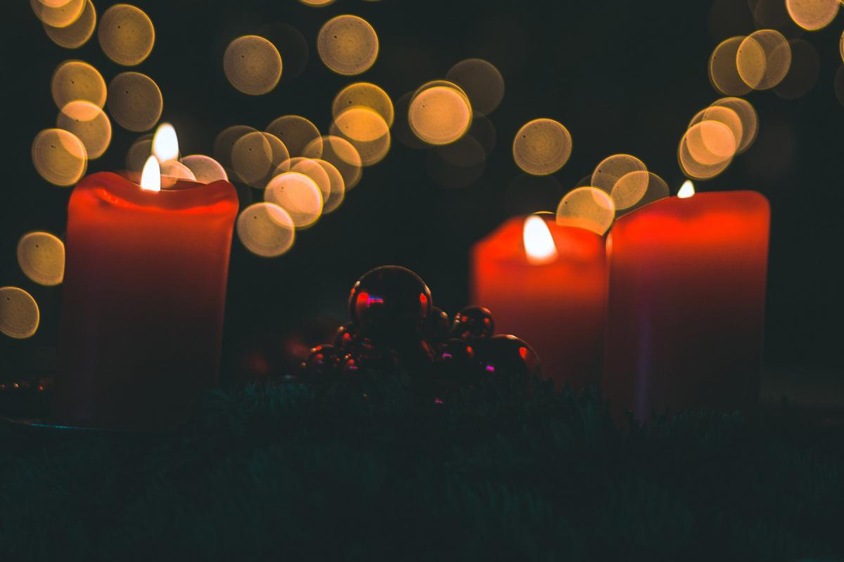 Lit advent candles. Photo by Jan-Henrik Franz on Unsplash
