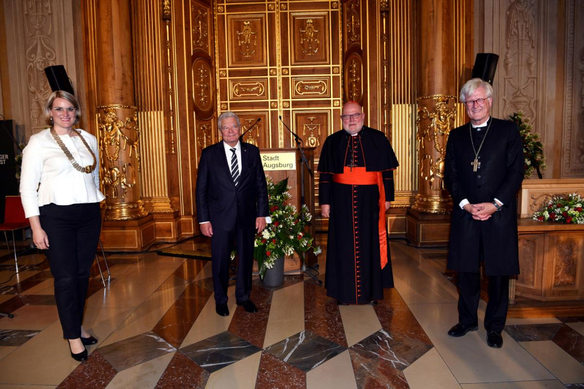 During the award ceremony of the Augsburg Peace Prize: (from left) Augsburg mayor Eva Weber, former president of the Federal Republic of Germany Joachim Gauck, Reinhard Cardinal Marx, and Bishop Heinrich Bedford-Strohm. Photo: Ruth Plössel/Stadt Augsburg