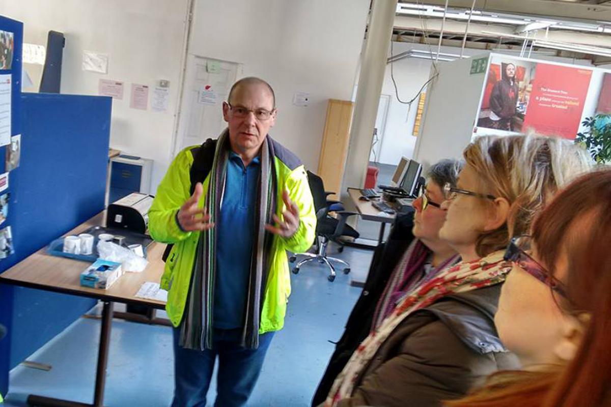 """Dave Smith, founder of the Boaz Trust, which works with asylum seekers and refugees in Greater Manchester, explains the organization's work to members of the diakonia """"Solidarity Group."""" Photo: Diakonia Solidarity Group"""