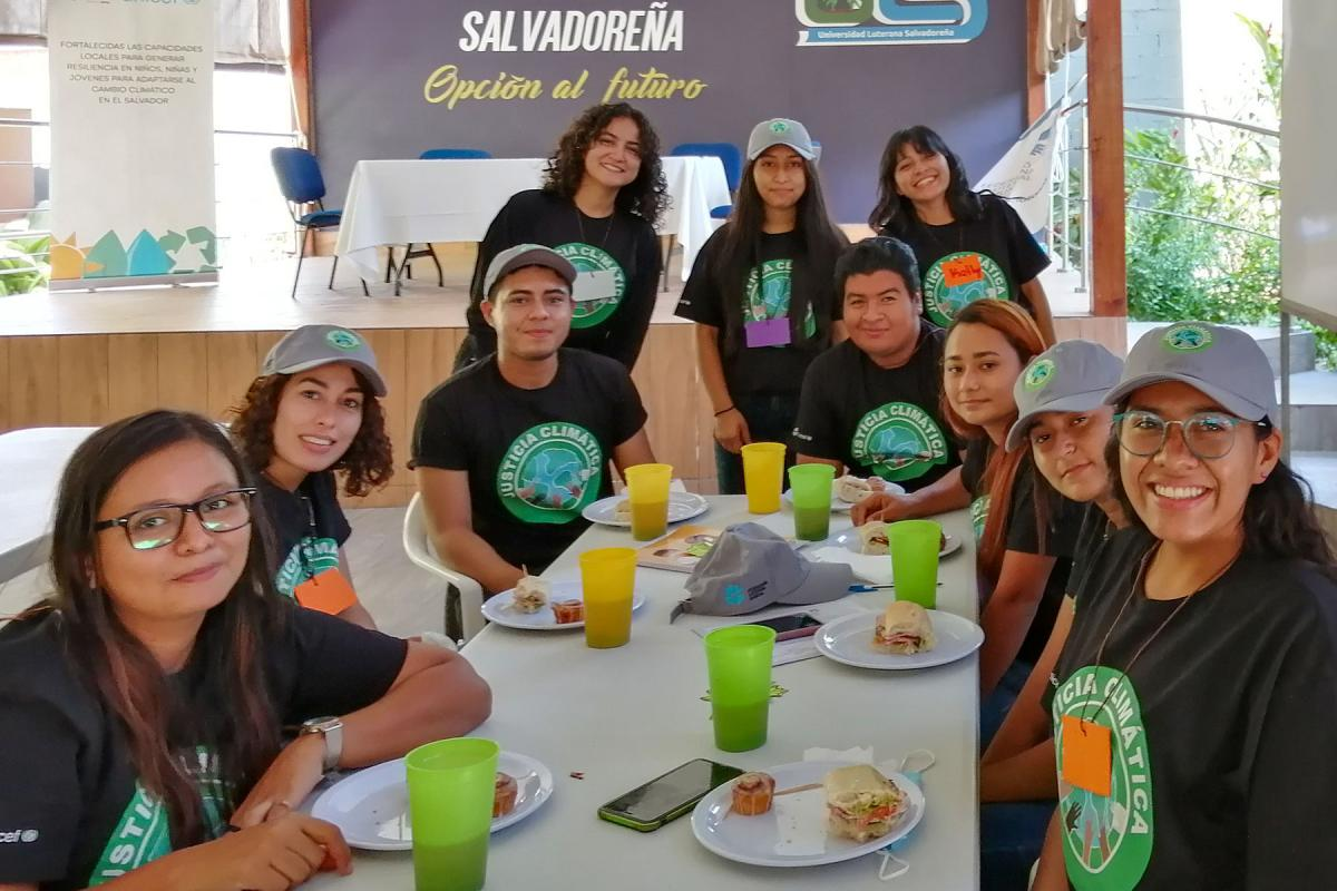In the Salvadoran Lutheran Church, the Stewards of Creation, play a key role in promoting climate justice and creation care in church and society. Here they enjoy lunch during a workshop. Photo: SLS