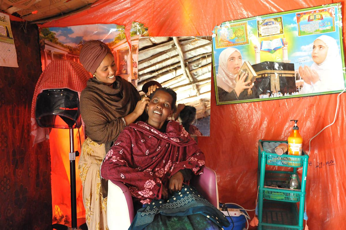 Suhai Ismael Abuker with a customer in her hairdressing salon. Photos: LWF/C. Kästner
