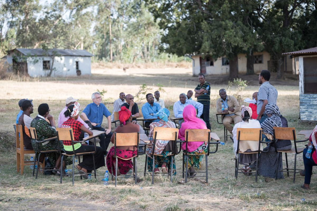 Visiting LWF General Secretary Rev. Dr Martin Junge and his team join EECMY church leaders in a meeting with members of the Hundedo self-help group in Hadiya, on 31 January. All photos: LWF/Albin Hillert