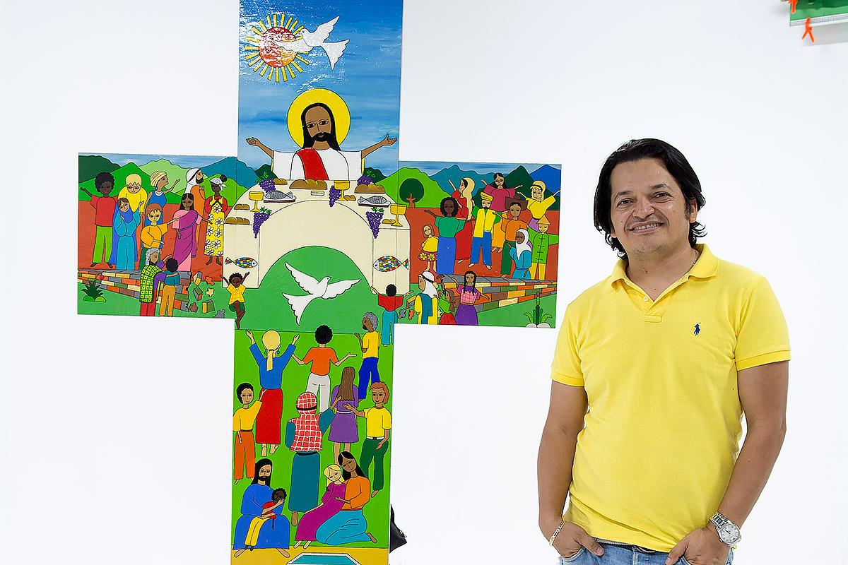 Artist Christian Chavarría Ayala with the cross created for the Joint commemoration. Photo: LWF