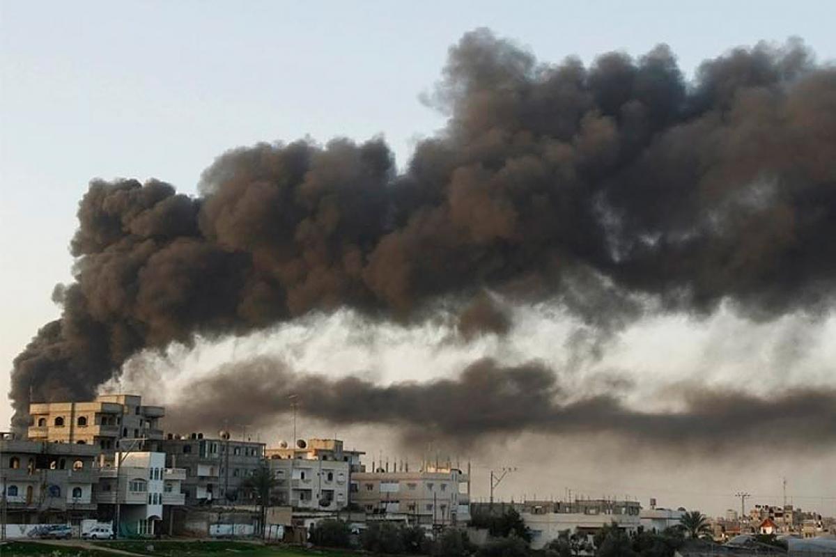 Smoke rises after an air strike in Gaza Strip (archive photo). Photo: Amir Farshad Ebrahimi (CC-SA)
