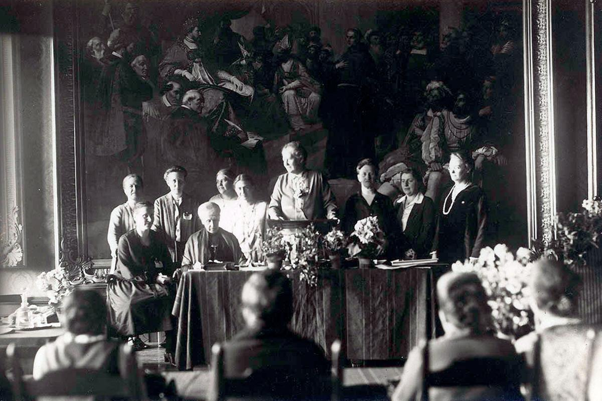 Paula Müller-Otfried (center, standing) was the first woman to be elected to the regional synod of the Evangelical Lutheran Church of Hanover in 1921. In the political arena she stood for election to the Weimar National Assembly in 1919 and won a seat in the Reichstag in 1920. Photo commissioned by the DEF: Kasch, A.; Th. Möller Nachf., Stralsund; AddF, Kassel, Sign.: NL-K-16, D-F1/00045.