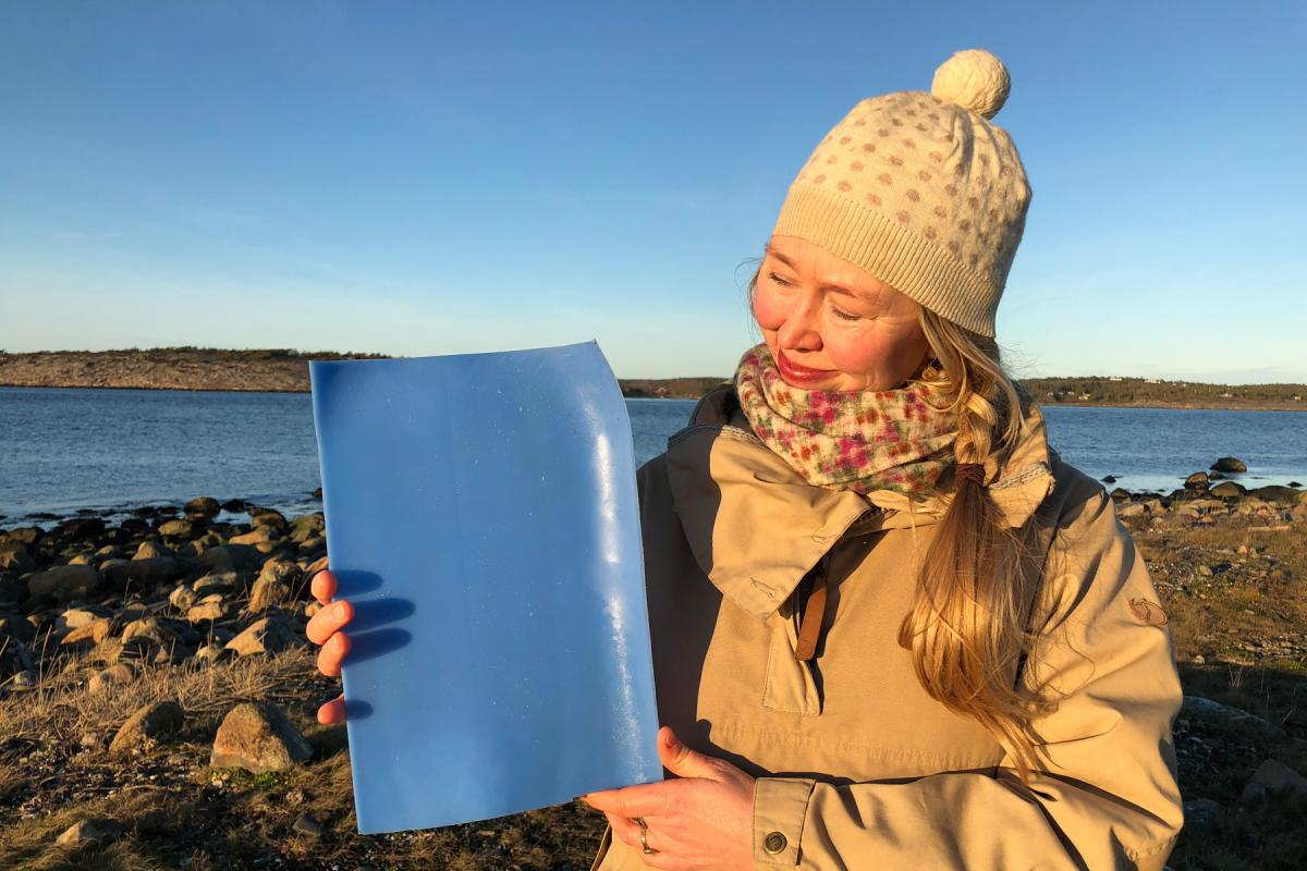 Solveig Egeland, an artist and cultural advisor to the Church of Norway's Diocese of Borg with a piece of plastic from the ocean. Photo: Mari Tefre