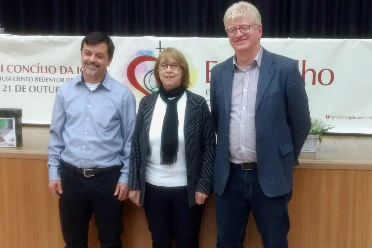 Silvia Beatrice Genz has been elected the first woman pastor president of the IECLB. She is flanked by Pastor First Vice President Odair Braun (right of picture) and Pastor Second Vice President Mauro Batista.