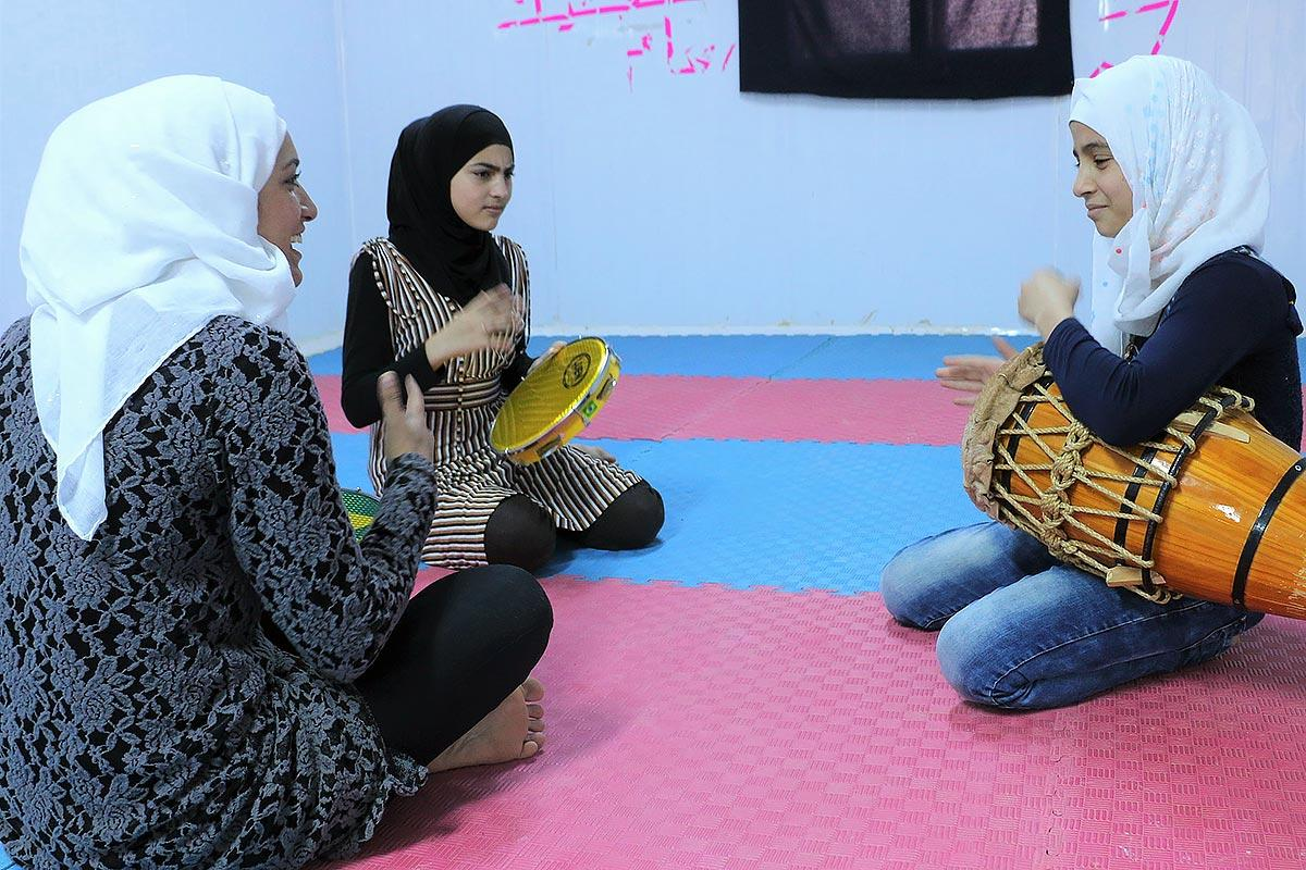 An instructor teaches the capoeira drum beat to young women in the peace oasis. All photos: LWF/ E. Massel