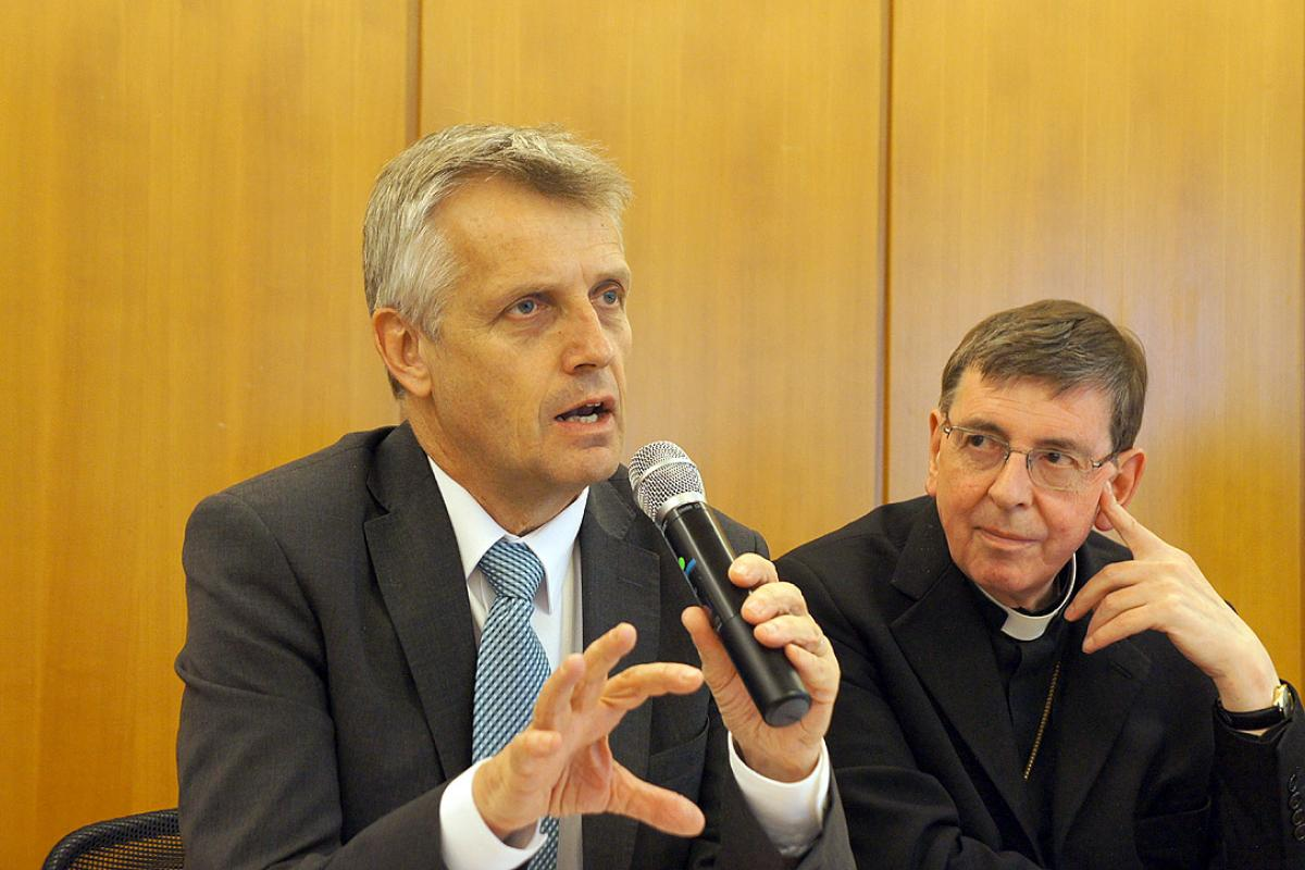 General Secretary Junge and Cardinal Koch during the presentation of From Conflict to Communion at the 2013 LWF Council in Geneva. Photo: LWF/S. Gallay