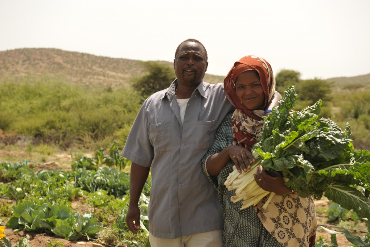 Abduleh Hasan and his wife Shukri show some of their harvest. Photo: LWF/C.Kaestner