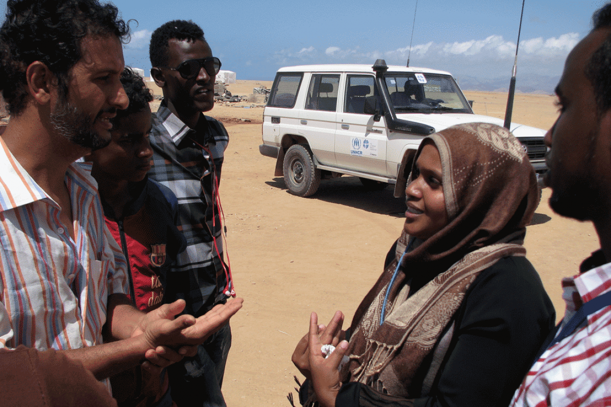 LWF staff member Fahima Ismail talks to Yemen refugees in the Markazi camp, near Obock town, during a LWF assessment of the needs of refugees. Photo: LWF/J. Macharia