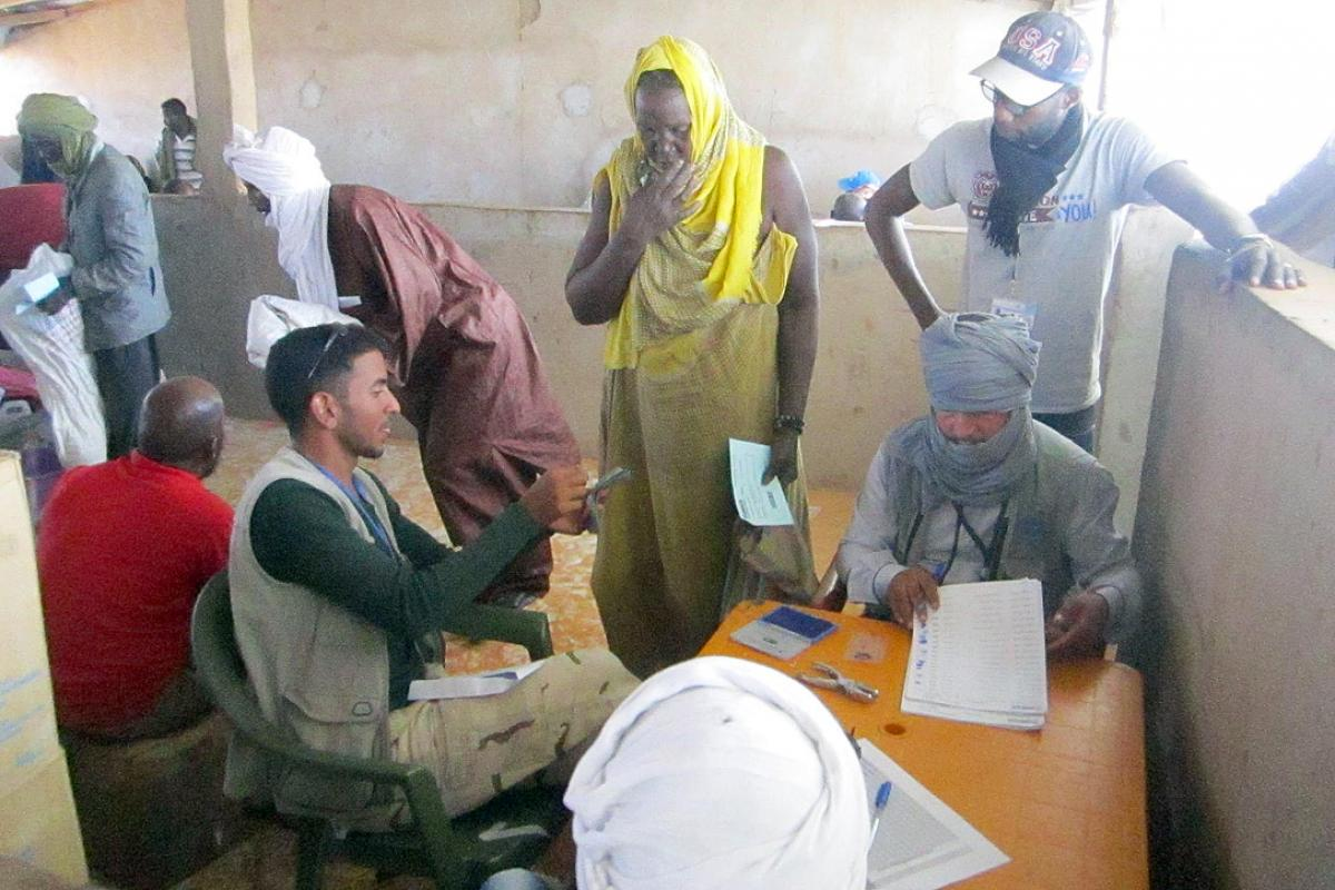 Mauritanians receiving the notification of their changed status at Mbera refugee camp. Photo: LWF Mauritania