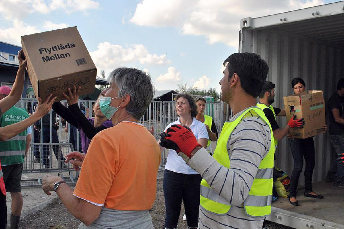 Volunteers and church aid organization at a distribution in Hungary. Photo: evangelikus.hu