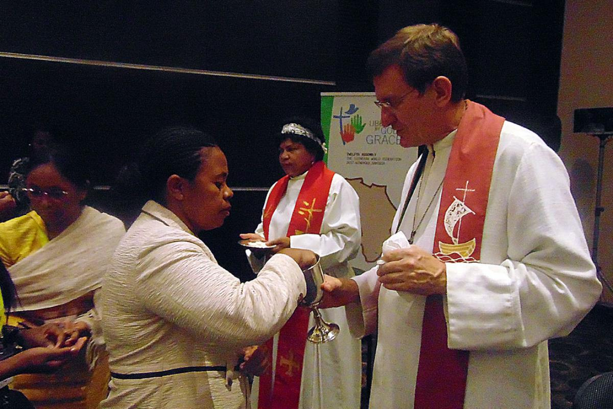Bishop Müller administers communion. Photo: LWF