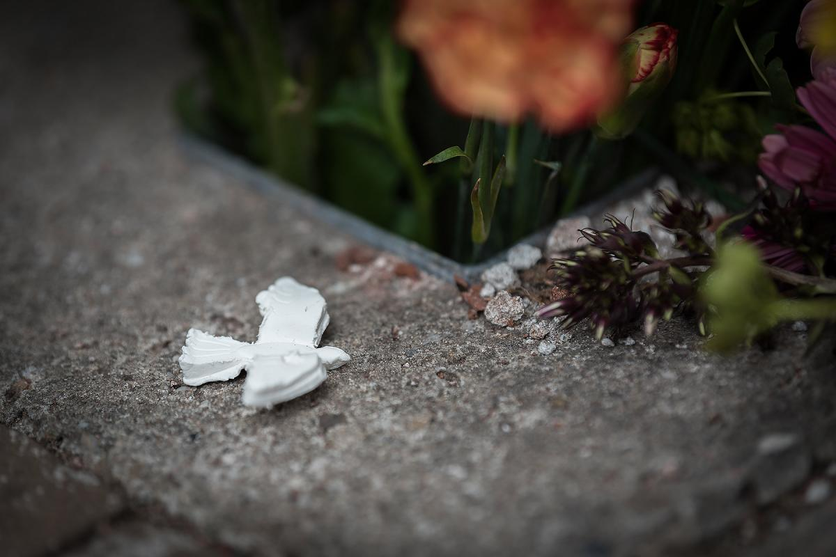 A peace dove and flowers at a monument in Amsterdam. Photo courtesy of Albin Hillert