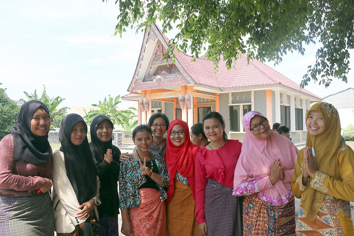 Christian and Muslim women in front of the Parmalim worship house in Medan. Photo: A. Yaqin