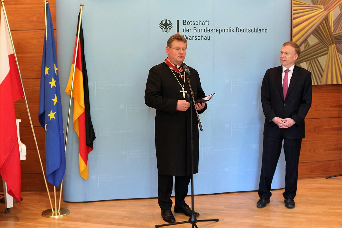 Bishop Samiec, left, receives the award recognising his efforts to improve relations between his native Poland and Germany. Photo: Evangelical Church of the Augsburg Confession in Poland