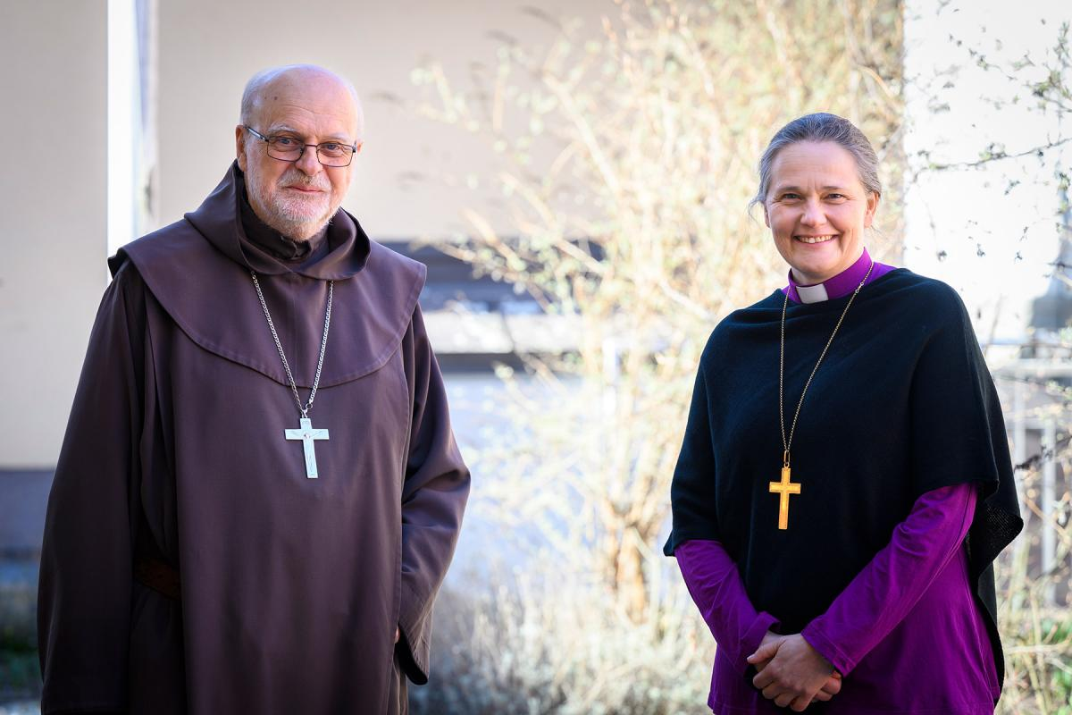 Catholic Bishop of Stockholm Cardinal Anders Arborelius and Lutheran Bishop of Uppsala Karin Johannesson lead the weekly ecumenical retreats to celebrate the gifts of the Holy Spirit at Pentecost. Photo: Magnus Aronson