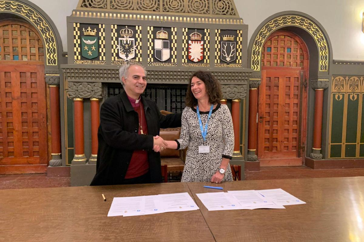 Bishop Ibrahim Azar of ELCJHL and LWF Country representative Sieglinde Weinbrenner shake hands after signing the MOU. Photo: LWF Jerusalem